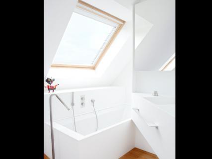 bad onder hellend dak
